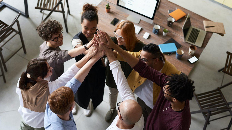 Eine Gruppe von Menschen in einem Büro